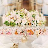 Auch beim Hochzeitsdiner können sich die Gäste an der schönen Rosendekoration erfreuen.
