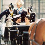 In der Kutsche geht's danach durch die Altstadt von Stockholm. Prinz Carl Philip und seine Prinzessin Sofia strahlen dabei vor Glück.