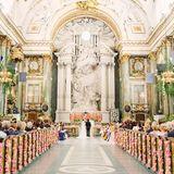 Mit tausenden Rosen geschmückt, ist die Schlosskirche wirklich die perfekte Kulisse für die Traumhochzeit.
