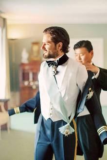 Voller Vorfreude: Der Prinz macht sichmit etwas Hilfe seines Trauzeugen Jan-Ake Hansson bereit, mit seiner Sofia vor den Altar zu treten.