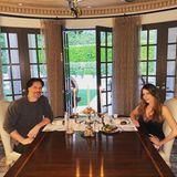 In der Quarantäne freuen sich Sofia Vergara und ihr Liebster Joe Manganiello ganz besonders über die Großzügigkeit ihrer Luxusvilla. Das halbrunde Esszimmer wird mit seinembraun-cremefarbenen Interieur kurzerhand zurromantischen Restaurantalternative.