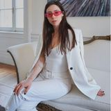 """Ein monochromer Business-Look in Weiß, als Highlight eine knallpinke Statementbrille und lange braune Haare: Wenn man es nicht besser wüsste, würde man denken, dass Aurora Ramazzotti modelt. Doch die Tochter von Ex-Ehepaar Michelle Hunziker und Balladen-Sänger Eros Ramazzotti will lieber in die Fußstapfen ihrer Mama treten.  Sie strebt eine Karriere als Moderatorin an und konnte 2018 an Michelles Seite bei der italienischen Ausgabe von """"Wetten, dass..."""" überzeugen. Auch auf Instagram ist sie ein Star. Mit ihren knapp zwei Millionen Followern teilt sie nicht nur private Kuschelfotos mit Freund Goffredo Cerza, sondern beweist in selbstgedrehten Gitarren-Videos auch, dass sie singen kann."""
