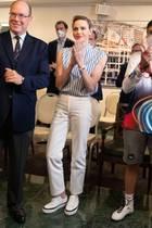 Obwohl das Traditionsrennen von Le Mans in den September verschoben werden musste, stattetdas Fürstenpaar von Monaco dem Automobil-Club dort trotzdem einen Besuch ab. Besonders auffällig ist dabei Charlènes Look aus lässiger Bluse, heller Hose und Chuck-Sneakern mit Plateau. Die blau-gestreifte Bluse stammt aus dem Hause Vuitton.