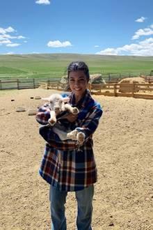 Dreifach-Mama Kourtney Kardashian scheint auch an dieser tierischen Mutterrolle Gefallen finden zu können. Während sie mit ihren leiblichen Kindern im ländlichen Wyoming verweilt, schließt sie auf der Farm dieses süße Baby-Schaf in ihr Herz.