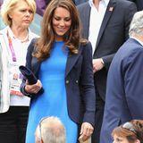 """Farbexpertin Gabriella Winters erzählt in der britischen """"Hello"""", dass die Farbe Blau für Frieden und Freiheit stehe - ein passendes Signal in der momentanen Pandemie-Zeit.  Bereits im Jahr 2012 hat sich Kate zum ersten Mal in dem Dress gezeigt - wie hier beim Wimbledon-Herren-Viertelfinale im August. Zu dem umgerechnet 760 Euro teuren Kleid kombiniert die dreifache Mutter einen taillierten Blazer und eine Clutch - beides in Dunkelblau."""