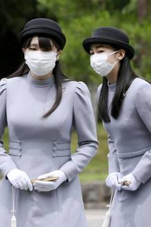 16. Juni 2020  Kaum zu unterscheiden sind Prinzessin Mako und Prinzessin Kako in grauer Kleidung mit Hut und Schutzmaske. Die beiden Töchter des Kronprinzen Fumihito und seiner Frau Kiko gedenken auf dem Kaiserlichen Friedhof Musashi bei Tokio der vor 20 Jahren verstorbenen Kaiserin Kojun.