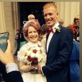 Mit diesem süßen Schnappschuss erinnert Enie van de Meiklokjes an ihre Hochzeit, die nun schon sechs Jahre zurückliegt. Trotzdem unvergessen: Ihr außergewöhnlicher Braut-Look mit Retro-Kleid und Katzenöhrchen.
