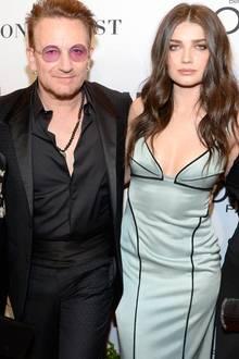 """Der Vater von Schauspielerin Eve Hewson ist kein geringerer als """"U2""""-Frontman Bono, der mit bürgerlichem Namen Paul David Hewson heißt. Der irische Rockmusiker ist sicherlich sehr stolz auf seine jüngste Tochter. Denn die 28-Jährige arbeitet seit 2005 erfolgreich als Schauspielerin. Ihr neuester Clou: Eve spielt neben Ex-Bond Girl Eva Green eine der Hauptrollen in der BBC-Serie """"The Luminaries"""" und Topmodel Helena Christensen outet sich als ihr größter Fan. Zu ihrer Ankündigung auf Instagram, dass die erste Folge von """"The Luminaries"""" am 21. Juni Premiere feiert, schreibt sie: """"Ich bin so stolz auf dich, meine Lieblingstochter"""". Das dänische Model ist seit Jahren sehr gut mit ihrem Papa Bono befreundet."""