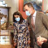 Wer sagt denn, dass ein Museumsbesuchlangweilig sein muss?! Beim Besuch des Museums für Naturwissenschaften in Madrid trägt Königin Letizia ein bedrucktes, sehr fröhliches Seidenkleid des erschwinglichen LabelsSandro.