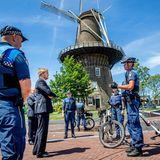 15. Juni 2020  König Willem-Alexander kehrt in die Stadt zurück, in der er einst studierte. In Leiden informiert er sich bei den außerordentlichen Ermittlungsbeamten der Stadt über die Auswirkung der Coronamaßnahmen auf ihren Alltag und lässt sich ihre Erfahrungen in der Praxis erklären.