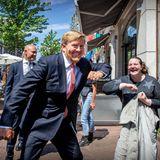 15. Juni 2020  Wer ist denn das? Manch einer der Einwohner Leidens warüberrascht, den König bei einem Stadtrundgang zu treffen. König Willem-Alexander genießt den Kontakt zu den Menschen und ist, wie immer, zu Scherzen aufgelegt.