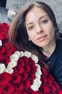 """""""Glücklichsein ist das beste Make-up,"""" schreibt Cathy Hummels unter diesen Post an ihrem Hochzeitstag. Wir finden: Dieses natürliche Glück steht ihr auch ganz besonders gut!"""