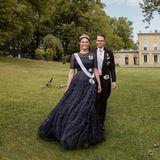 So schön kann Patriotismus aussehen! Kronprinzessin Victoria von Schweden bezaubert auf neuen Fotos anlässlich ihres 10. Hochzeitstages in einem nachtblauen Abendkleid von H&M Conscious Exclusive.