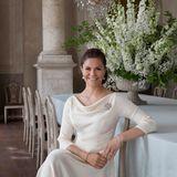 Souveränität, Grazie und Bodenständigkeit: Kronprinzessin Victoria ist zurecht unglaublich beliebt beim schwedischen Volk. In einem cremefarbenen Kleid mit Wasserfallkragen kommt ihre Eleganz perfekt zur Geltung.