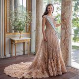 Das wunderschöne Abendkleid in zartem Nude trug Prinzessin Victoria auch am Vorabend ihrer Hochzeit vor zehn Jahren. Der Entwurfvon Stardesigner Elie Saab steht ihr eine Dekade später noch immer hervorragend.