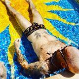 15. Juni 2020  Cool liegt Robbie Williams im knappen Versace-Badehöschen im Pool und lässt sich die Sonne auf den Bauch scheinen.Da kommt Sommer-Laune auf - auch bei Ayda Field Williams, die den lässigen Schnappschuss ihres Ehemannes gleich auf Instagram postet.
