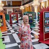 """Auf Schloss Christiansborg begutachtet Königin Margrethe Kunst von Drittklässlern zu den Themen """"Königin"""" und """"Meine Gemeinde"""". Dabei passt die 80-Jährige mit ihrem wunderschön geblümten Kleid perfekt ins bunte Setting …"""