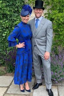 """Normalerweise eröffnet Queen Elizabeth an Tag eins die Rennwoche """"Royal Ascot"""". Doch dieses Jahr ist alles anders. Aufgrund der Corona-Pandemie findet das legendäre Pferderennen - wo die Styles der VIPs und Royals interessanter sind, als der Sport selbst - ohne Zuschauer statt. Ein bisschen royale Stilluft können Fans dennoch schnuppern.  Queen-Nichte Zara Tindall und ihr Mann Mike Tindall haben sich für ihr Live-Videointerview mit dem britischen Sender ITV Racing mächtig in Schale geworfen. Im heimischen Garten posieren sie im blauen Maxikleid und hellgrauen Anzug - selbstverständlich mit passender Kopfbedeckung. Zaras Facinator stammt wie sooft von der Londoner Designerin Juliette Botterill, ihr Kleid ist von """"Beulah London"""" und ihre dunkelblauen Heels vom Luxus-Schuhlabel """"Emmy London""""."""