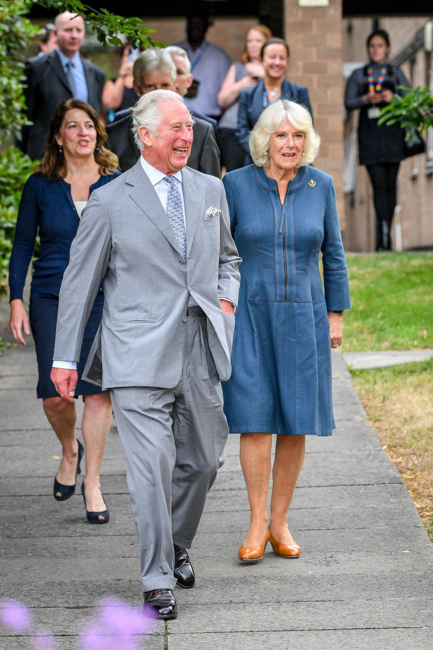 16. Juni 2020  Zum ersten Mal seit dem Lockdown nehmen Mitglieder des britischen Königshauses wieder einen öffentlichen Termin war. Prinz Charles und Camilla machen den Anfang und besuchen spontan das Royal Hospital in Gloucester.