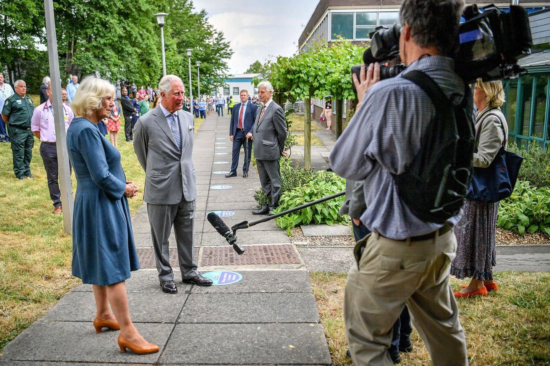 16. Juni 2020  Gelöst und ohne Mundschutz beantworten sie geduldig Fragen bei einem TV-Interview, bei dem die Abstandsregeln korrekt eingehalten werden.