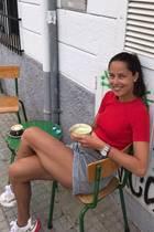 Wie lässig-sportlicher Sommerstyle geht, zeigt Ana Ivanovic: Rotes Shirt, kurze graue Shorts und Sneaker, die die Farben des Looks aufgreifen. Zusätzlich betont die Kombi natürlich auch den Traum-Teint und die trainierten Beine der Frau von Bastian Schweinsteiger.