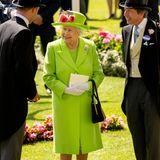 Die Hauptperson! Queen Elizabeth könnte sich in ihrem knallgrünen Ensemble fast tarnen vor der grünen Kulisse Ascots. Möchte sie aber gar nicht, lächelnd besucht sie das Pferderennen, das zu ihren absoluten Lieblingsevents gehört.