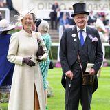 Prinzessin Anne strahlt an der Seite von Andrew Parker-Bowles, dem Ex-Mann von Herzogin Camilla. Sie wählt einen zartgelben Mantel, unter dem ein hellbrauner Rock zu sehen ist. Auch sie stimmt ihre Kopfbedeckung auf den Rest des Looks ab.