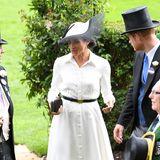 Für ihr Ascot-Debüt trägt Meghan ein weißes Hemdkleid von Givenchy - aus der Feder von der Designerin, die auch ihr Brautkleid entwarf, Clare Waight Keller. Ein dünner schwarzer Gürtel betont ihre Taille, eine auffällige Kopfbedeckung von Hutmacher Philip Treacy macht den Look perfekt.