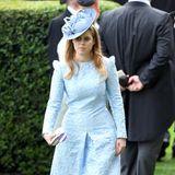 Prinzessin Beatrice wählt einen Look in Hellblau. Das geprägte Muster, kleine Puffärmelchen und ein A-linien-Rock schmeicheln ihrer Figur. Der Hut ist farblich perfekt auf ihr Kleid abgestimmt.
