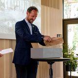 16. Juni 2020  Nach den Lockerungen in der Coronakrise kann Prinz Haakon endlich das Klimahaus im Botanischen Garten in Oslo eröffnet. Engagiert sät er Pflanzen, die später außerhalb des Gebäudes eingepflanzt werden. Das Klimahaus ist eine Institution zum Lernen und soll dazu anregen, die Umwelt zu schützen.