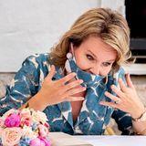 16. Juni 2020  Danach steht noch ein Besuch eines lokalen Catering-Unternehmens auf dem Plan. Dabei ficht Königin Mathilde mit ihrem Mundschutz einen ordentlichen Kampf aus.
