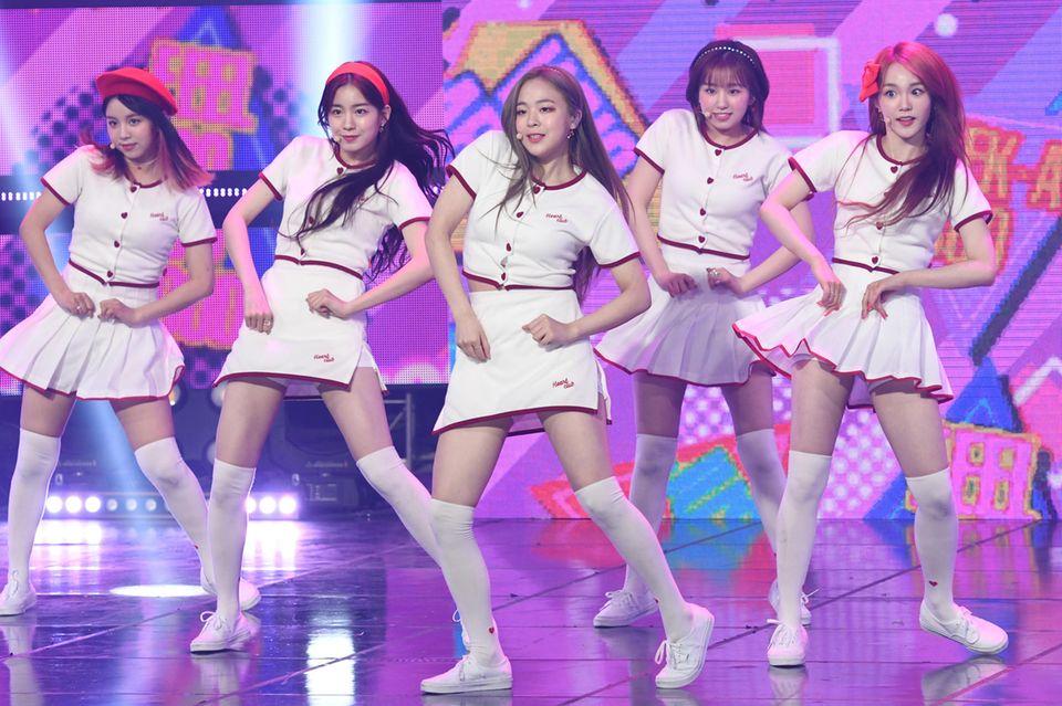 """Die sechsköpfige Girlband """"Woo!ah!"""" tratim Mai 2020 zum ersten Mal auf. Hier performen sie während der """"MBC Music Channel Show Champion""""-Show in Goyang, Südkorea."""