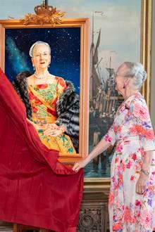 16. April 2020  Gespannt enthüllt Königin Margrethe eines der Gemälde. In der großen Sonderausstellung anlässlich ihres 80. Geburtstages dreht sich alles um die Erziehung der Königin, ihre Aufgaben als Staatsoberhaupt und um ihre besonderen künstlerischen Interessen und Kenntnisse.