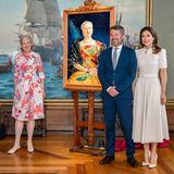 """16. Juni 2020  Königin Margrethe hatte am 16. April ihren 80. Geburtstag, doch die Coronakrise beendete alle offiziellen Feierlichkeiten, inklusive der Einweihung der Sonderausstellung """"Gesichter der Königin"""" im Nationalhistorischen Museum in Frederiksborg am 3. April. Prinz Frederik und Prinzessin Mary sind bei der Einweihung an der Seite der Regentin dabei."""