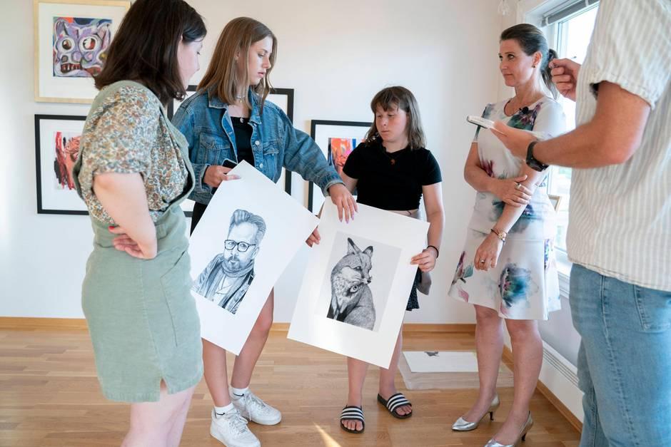 Maud Angelica Behn, Leah Isadora Behn, Emma Tallulah Behn und ihre Mutter Prinzessin Märtha Louise von Norwegen auf der Gedenkausstellung zu Ehren von Ari Behn (†)