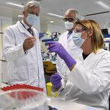 17. Juni 2020  König Philippe besucht das Unternehmen Janssen Pharmaceutica in Beerse, das in Zusammenarbeit mit seinem Schwesterstandort in Leiden einen Impfstoffkandidaten gegen Covid-19 entwickelt. Belgien spielt eine große Vorreiterrolle im Kampf gegen virale Infektionskrankheiten.