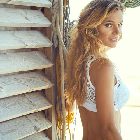 Beach Waves, Strand-Look, Sommerfrisur, junge Frau mit lockigem Haar