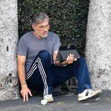 Stark ergraut sitzt der einstige Hollywood-Beau im sportlichen Gammel-Look rauchend vor seinem iPad auf dem Parkplatz eines Cafés in Los Angeles.Auch wenn es inZeiten von Corona selbstbei den Stars etwas legerer zugeht, sind wirbeim Anblick vonOlivier Martinez im Jahre 2020 doch etwasüberrascht.