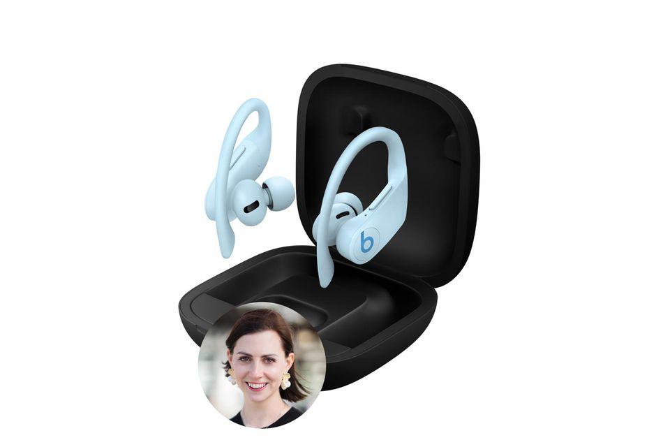 """Stylisch, smart und leistungsstark: Redakteurin Kathrin ist restlosbegeistert von den PowerBeats Pro in der Farbe """"Glacier Blue""""."""