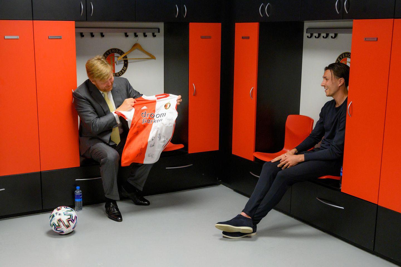 17. Juni 2020  König Willem-Alexander und Königin Máxima sind große Fußballfans. Feyenoords Stürmer Steven Berghuis ist das auch bekannt und so gibt es ein Geschenk für Máxima: Ein Trikot mit den Unterschriften aller Spieler von Feyenoord Rotterdam.
