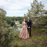 17. Juni 2020  Prinzessin Victoria und Prinz Daniel bekommen nicht genug. Am Vorabend ihres 10. Hochzeitstages veröffentlicht der Hof ein weiteres Foto aus der Reiheim Garten des Pavillons von Gustav III in Haga. Die Kronprinzessin glänzt hier in einem rosafarbenen, mit Blumen verzierten Ballkleid. EinTraum!