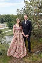 Wieaus einem Märchen: Zum zehnten Hochzeitstag veröffentlichtder schwedische Palast wunderschöne neue Fotos von Prinzessin Victoria und Prinz Daniel. Dabei trägt Victoria ein atemberaubend schönes Kleid von Frida Jonsvens Couture in einem Nude-Ton mit aufwendigen Blumen-Applikationen. Auch die Designerin selbst bedanktsich bei Instagram für diesen ehrenvollen Auftrag und wünscht dem Ehepaar alles Gute.
