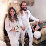 Ja, sie will! Hana Nitsche hat mit ihrer Überraschungs-Hochzeit alleverblüfft. Ganz lässig tritt sie in einem weißen Kleid im Tunika-Stil vor den Traualtar, dazu trägt sie mintfarbene Mokassin-Loafer.