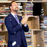 18. Juni 2020  Um den Besuch in der Deichmann Bibliothek für viele Bevölkerungsgruppen interessant zu machen, gibt es dort neben Büchern auchverschiedene Werkstätten. In einem Tonstudio kann man seinen eigenen Podcast produzieren, am 3D-Drucker Plastiken ausdrucken, und an der Nähstation gibt es alles zum Flicken der eigenen Hose oder zum Entwerfen eines neuen Rocks. Bei der Eröffnung steht Prinz Haakon in einem Regen aus Papierschnipseln.