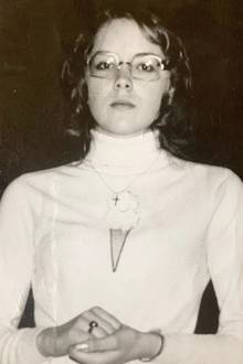 """Sharon Stone  Mit ernstem Blick schaut die junge Sharon Stone in die Kamera. Mit ihrem weißen Rollkragen, dem Kreuzanhänger und den gefalteten Händen wirkt sie fast andächtig. Doch der Schein trügt!Auf humorvolle Weise machtdie Schauspielerinmit ihrem Jugend-Schnappschuss auf Instagram selbst eine Anspielung auf den Filmklassiker""""The Sound of Silence"""", in dem eine junge Nonne die Regeln bricht."""