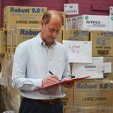18. Juni 2020  Prinz Edward besucht das Resilienzforum in Surrey, das sich in Krisenzeiten auf lokaler Ebene um die Menschen kümmert, die Unterstützung brauchen. Tatkräftig hilft er, den Lagerbestand an Hilfsgütern zu dokumentieren.
