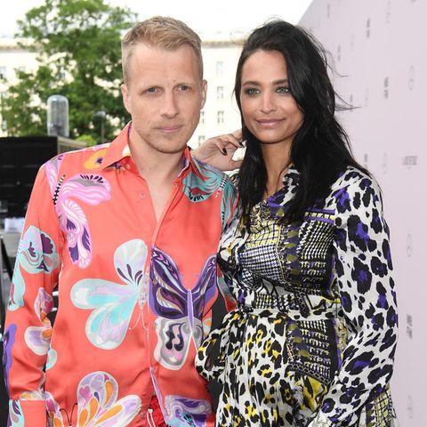 Oliver Pocher und Amira Pocher begrüßen im November 2019 ihr erstes Kind auf der Welt. Die beiden geben sich einen Monat vorher auf den Malediven noch schnell das Jawort.