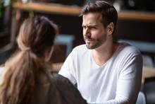 Mann schaut kritisch beim Date