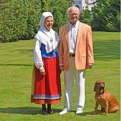"""19. Juni 2020  Von ihrer Sommerresidenz Solliden auf Öland sendenKönigin Silvia und König Carl Gustaf via Instagram einen Mittsommergruß: """"Die Tradition, Mittsommer zu feiern, hat tiefe Wurzeln in Schweden. In diesem Jahr muss die Feier an die Umstände angepasst werden. Es ist ein Weg, Sorgfalt für unsere Mitmenschen zu zeigen. Damit möchten wir allen in unserem Land sowie allen Schweden im Ausland ein helles und glückliches Mittsommerwochenende wünschen""""."""