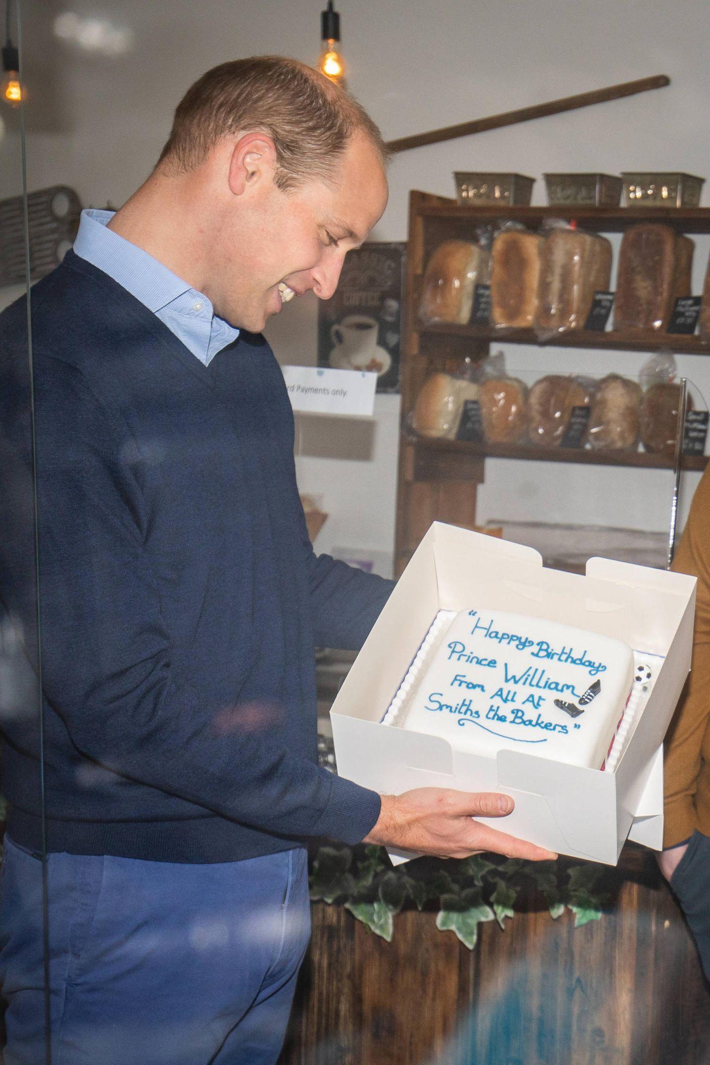 """19. Juni 2020  Prinz William besucht die Bäckerei """"Smith - The Bakers"""" in King's Lynn, Norfolk. Einen Tag zu früh bekommt der Fußballfan einen mit Fondant überzogenenGeburtstagskuchen überreicht, der mit Fußballschuhen im XS-Format verziert ist. Bis morgen hält sich der im Kühlschrank..."""